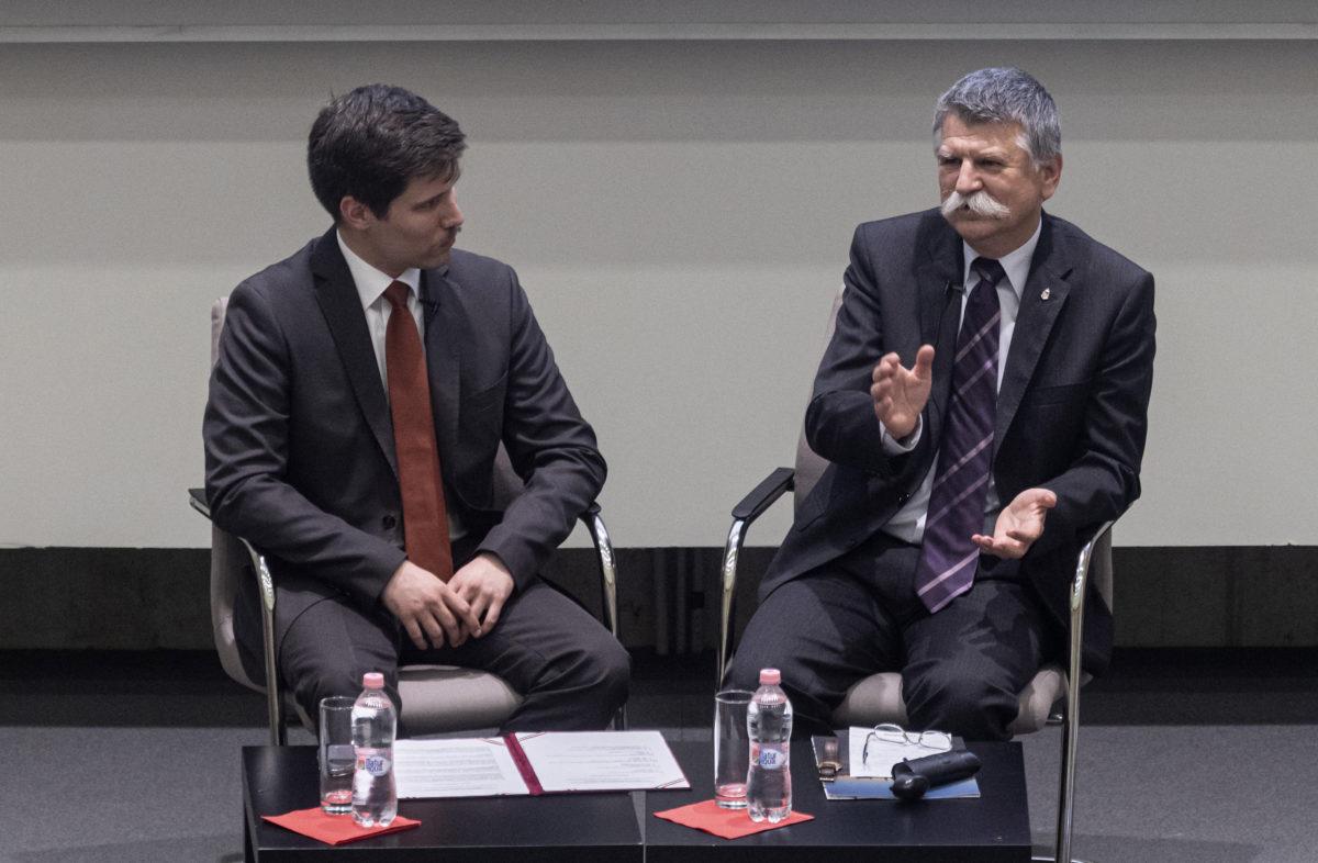 Kövér László, az Országgyűlés elnöke, a Fidesz egyik alapítója (j) beszél a Fidesz megalakulásáról és annak körülményeiről, mellette Arató György moderátor, a Nemzeti Emlékezet Bizottsága kutatója a Harminc éve szabadon című előadássorozat részeként a Nemzeti Közszolgálati Egyetem (NKE) Oktatási Központjában megrendezett beszélgetésen 2019. október 22-én.