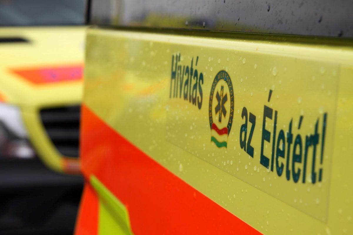 Szívbeteghez riasztott mentő karambolozott a Blahán, három mentős megsérült