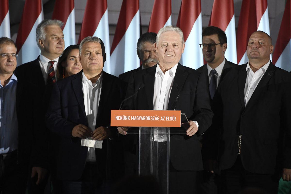 Tarlós István, a Fidesz-KDNP főpolgármester-jelöltje, leköszönő főpolgármester (b6) beszédet mond a párt eredményváró rendezvényén az önkormányzati választáson a Bálna Budapest központban 2019. október 13-án. Mellette Orbán Viktor miniszterelnök, a Fidesz elnöke (b4), mögöttük Kósa Lajos, a Fidesz önkormányzati választásokért felelős kampányfőnöke, a párt alelnöke, Semjén Zsolt nemzetpolitikáért felelős miniszterelnök-helyettes, a Kereszténydemokrata Néppárt (KDNP) elnöke, Novák Katalin család- és ifjúságügyért felelős államtitkár, a párt alelnöke, Kövér László, az Országgyűlés elnöke, Gulyás Gergely, a Miniszterelnökséget vezető miniszter és Németh Szilárd alelnök (b-j).