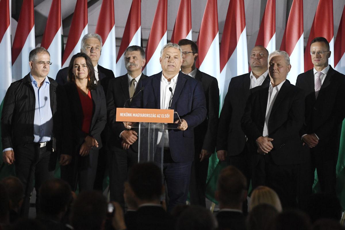 Orbán Viktor miniszterelnök, a Fidesz elnöke (elöl k) beszédet mond a párt eredményváró rendezvényén az önkormányzati választáson a Bálna Budapest központban 2019. október 13-án. Mögötte Kósa Lajos, a Fidesz önkormányzati választásokért felelős kampányfőnöke, a párt alelnöke, Novák Katalin család- és ifjúságügyért felelős államtitkár, a párt alelnöke, Semjén Zsolt nemzetpolitikáért felelős miniszterelnök-helyettes, a Kereszténydemokrata Néppárt (KDNP) elnöke, Kövér László, az Országgyűlés elnöke, Gulyás Gergely, a Miniszterelnökséget vezető miniszter, Németh Szilárd alelnök, Tarlós István, a Fidesz-KDNP főpolgármester-jelöltje, leköszönő főpolgármester és Szijjártó Péter külgazdasági és külügyminiszter (b-j).