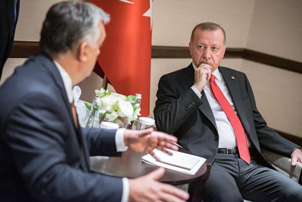 Orbán Viktor kormányfő (b) és Recep Tayyip Erdogan török elnök találkozója Bakuban 2019. október 14-én.