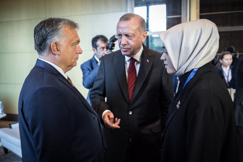 Orbán Viktor miniszterelnök (b) és Recep Tayyip Erdogan török elnök a Türk Tanács csúcstalálkozóján Bakuban 2019. október 15-én.