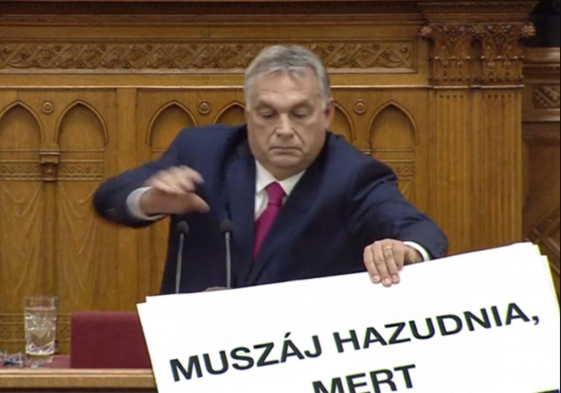 Botrány a parlamentben: táblával zavarták meg Orbán beszédét