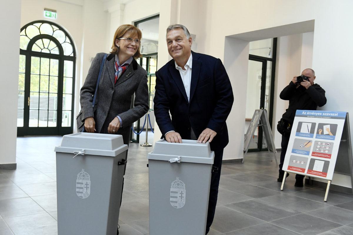 Orbán Viktor miniszterelnök és felesége, Lévai Anikó szavaz az önkormányzati választáson a Zugligeti Általános Iskolában, a XII. kerületi 53-as számú szavazókörben 2019. október 13-án.