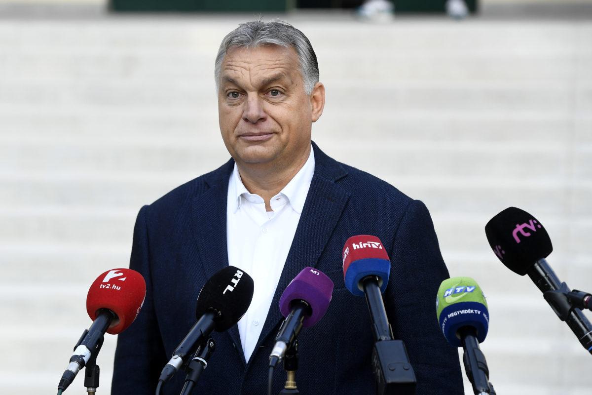 Orbán Viktor miniszterelnök nyilatkozik a sajtó munkatársainak, miután leadta szavazatát az önkormányzati választáson a Zugligeti Általános Iskolában 2019. október 13-án.