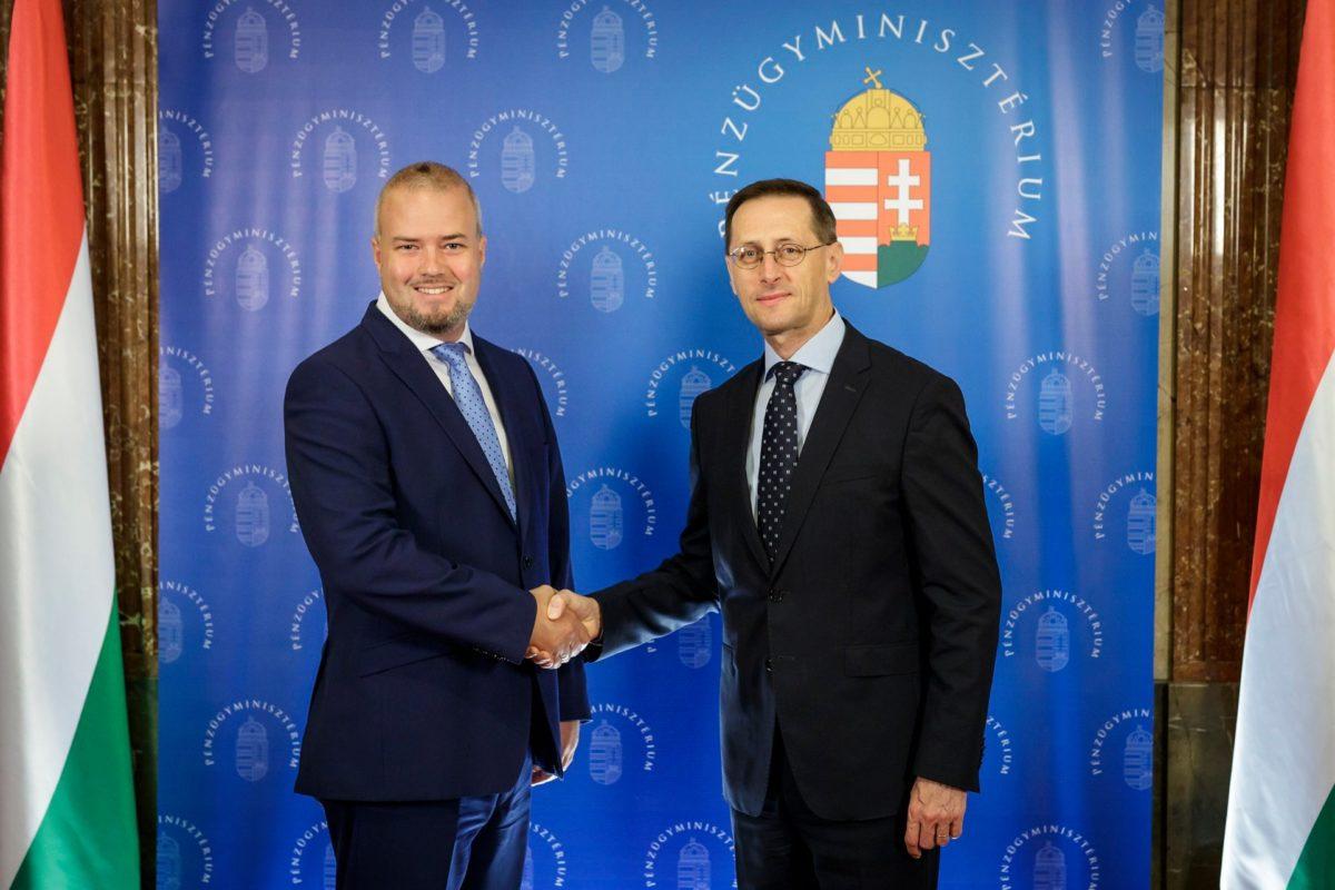 Oroján Sándor Varga Mihály pénzügyminiszterrel paroláz.
