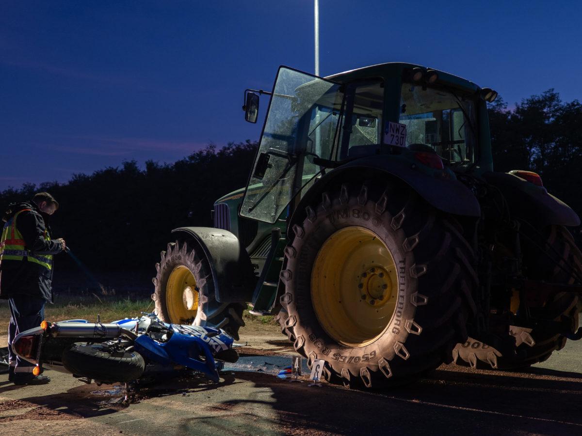 Ütközésben összeroncsolódott motorkerékpár Öttömösön 2019. október 11-én. Egy ember meghalt, egy pedig megsérült, amikor a motorkerékpár egy traktor ütközött össze.