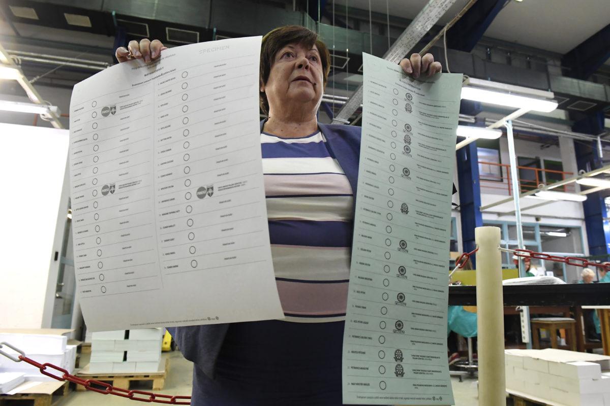 Pálffy Ilona, a Nemzeti Választási Iroda elnöke a mátraverebélyi és az alsószentmártoni szavazólap mintáját mutatja az október 13-ai önkormányzati és nemzetiségi választás szavazólapjainak gyártásáról tartott sajtótájékoztatón az ANY Biztonsági Nyomda Nyrt. budapesti nyomdájában 2019. szeptember 23-án.