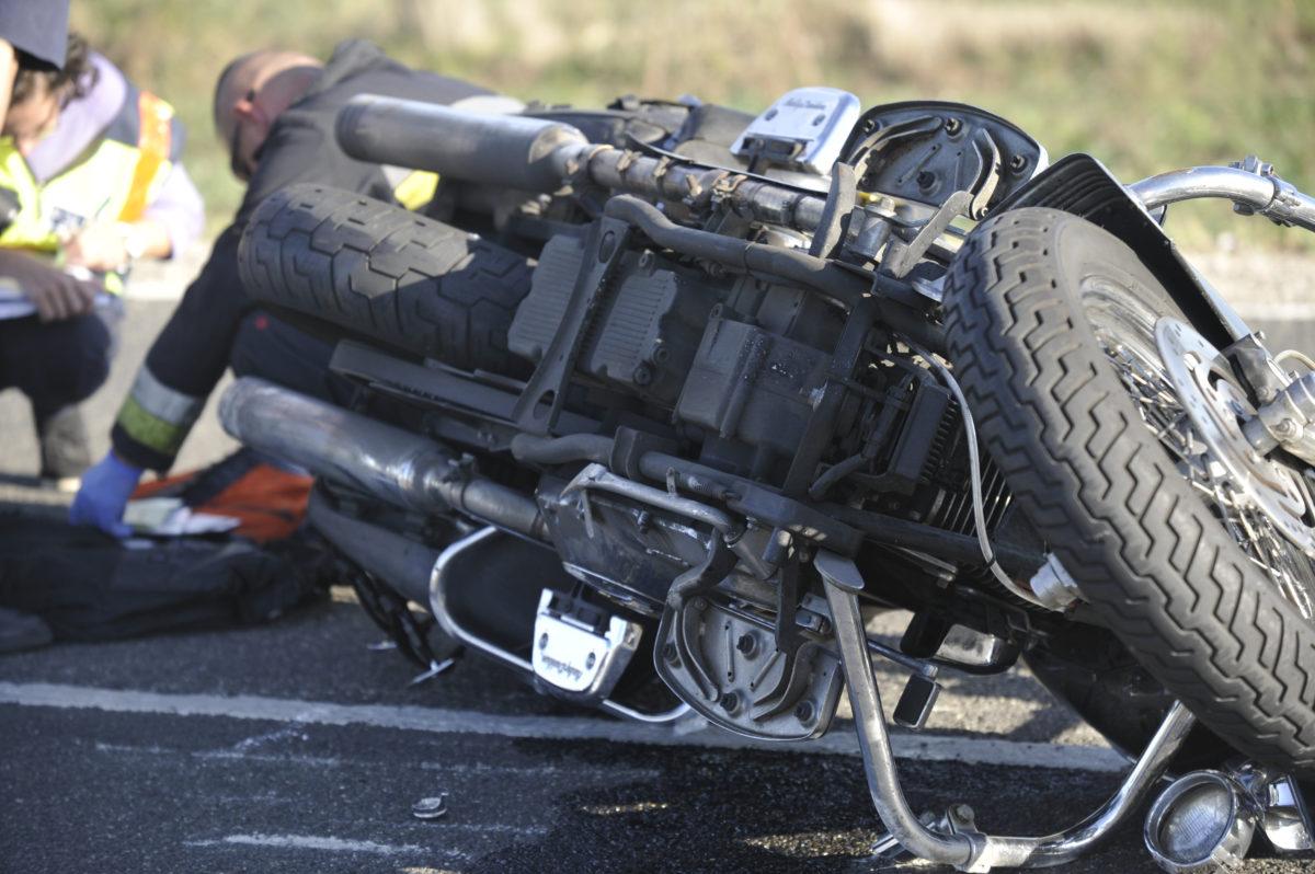 Összetört motorkerékpár, miután mentőautóval ütközött a 7-es számú főúton, Pettendnél 2019. október 12-én.
