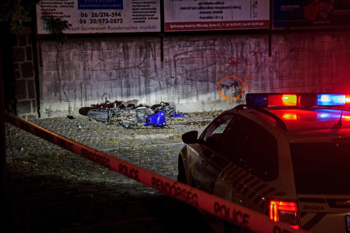 Összetört motorkerékpár, miután letért a 10-es főútról és betonfalnak csapódott 2019.október 14-én. A motoros a helyszínen életét vesztette.