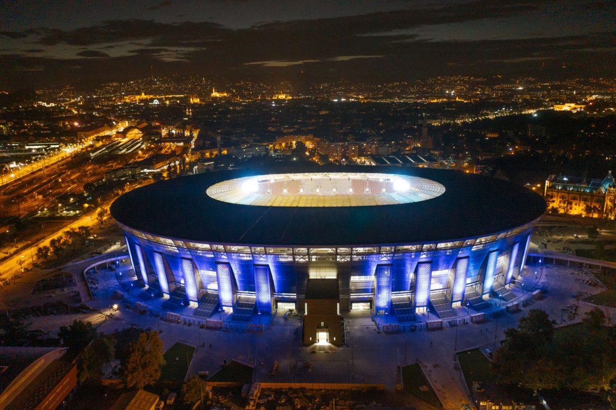 A kivilágított Puskás Ferenc Stadion korábban, itt még éppen nem volt hiba a környék áramellátásával.