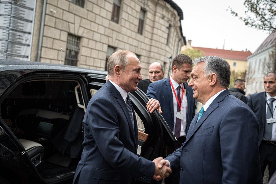 Orbán Viktor miniszterelnök (j) fogadja Vlagyimir Putyin orosz elnököt a Karmelita kolostor előtt 2019. október 30-án.