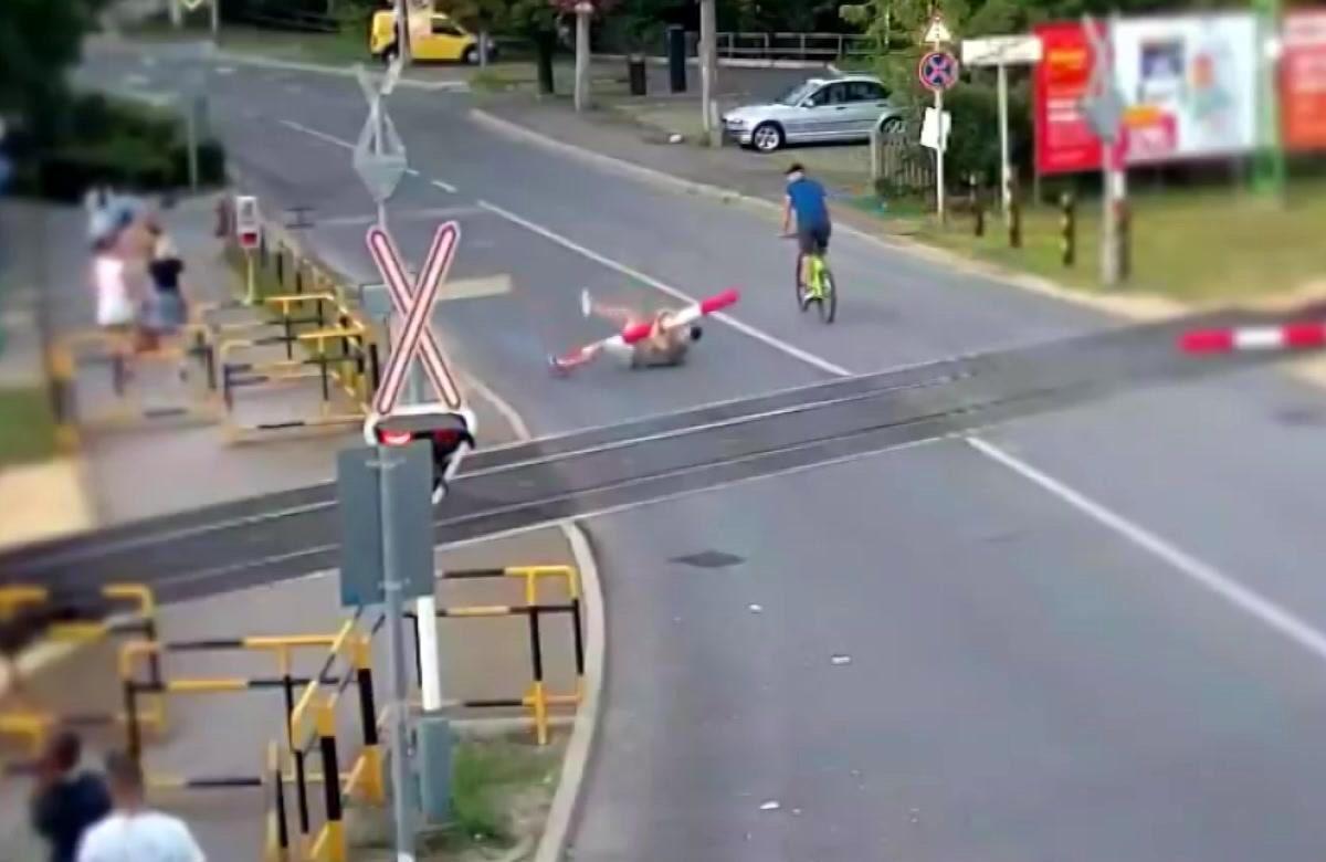 Egy férfi felcsimpaszkodott Siófokon a vasúti sorompóra, leszakította, majd elszaladt