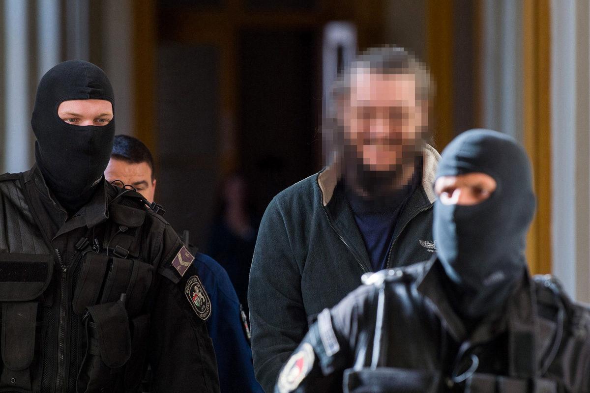 A soroksári futónő 2013-ban történt meggyilkolásával gyanúsított férfit vezetik a büntetőperét előkészítő ülésre, a Fővárosi Törvényszéken 2019. október 7-én.