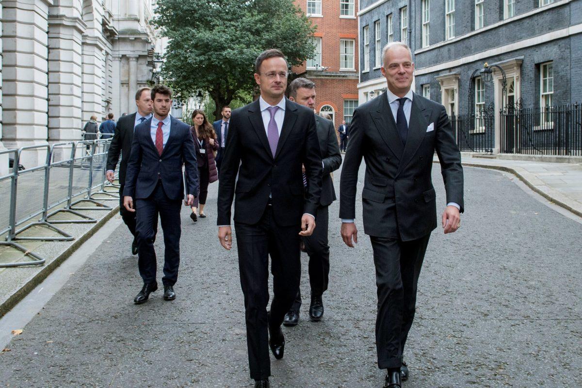 Szijjártó Péter külgazdasági és külügyminiszter (k) és Szalay-Bobrovniczky Kristóf nagykövet (j) érkezik Londonban a Downing Streeten kétoldalú találkozóra Steve Barclay-jel, az Európai Unióból való kilépésért felelős miniszterrel 2019. október 3-án.
