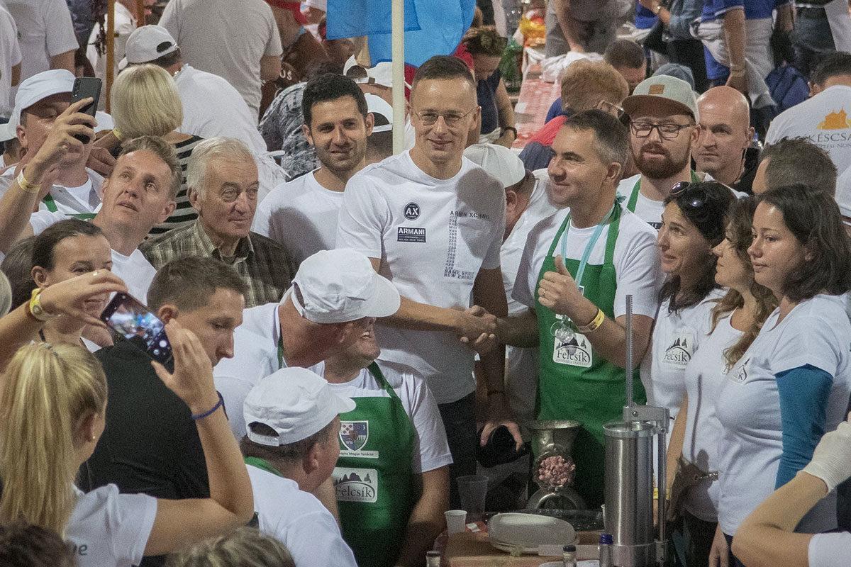 Szijjártó Péter külgazdasági és külügyminiszter (k) a Felcsík Kistérségi Társulás csapatával a 23. Békéscsabai Kolbászfesztivál nemzetközi kolbászkészítő versenyén 2019. október 26-án.