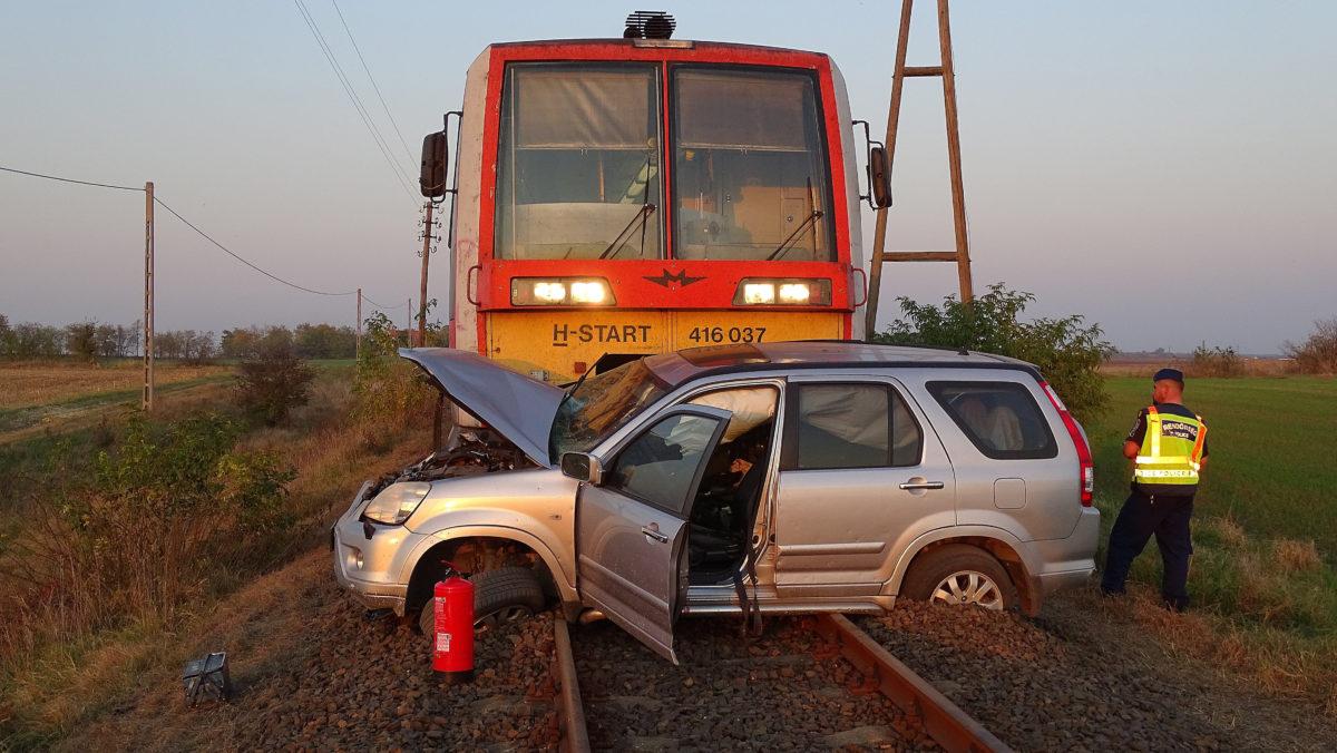 Összeroncsolódott személyautó a síneken Kiskunfélegyháza és Tiszaalpár között 2019. október 24-én.
