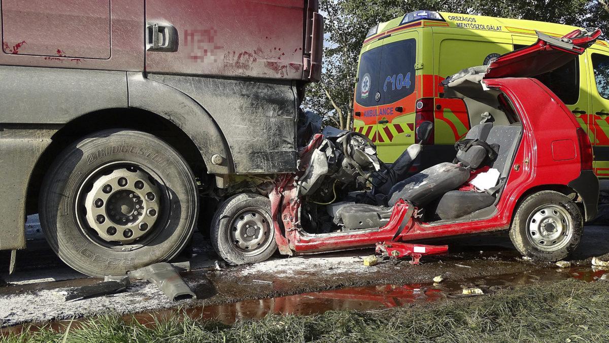 Kamionnak ütközött összeroncsolódott személyautó a 44-es főút 33 kilométerénél, Tiszaug térségében 2019. október 4-én. A balesetben ketten meghaltak.