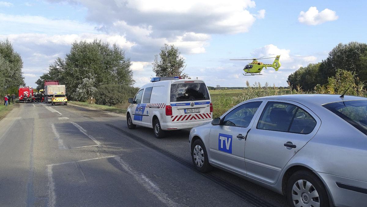 Mentőhelikopter érkezik egy balesethez a 44-es főút 33 kilométeréhez, Tiszaug térségében 2019. október 4-én. Egy személyautó kamionnal ütközött össze, a balesetben ketten meghaltak.