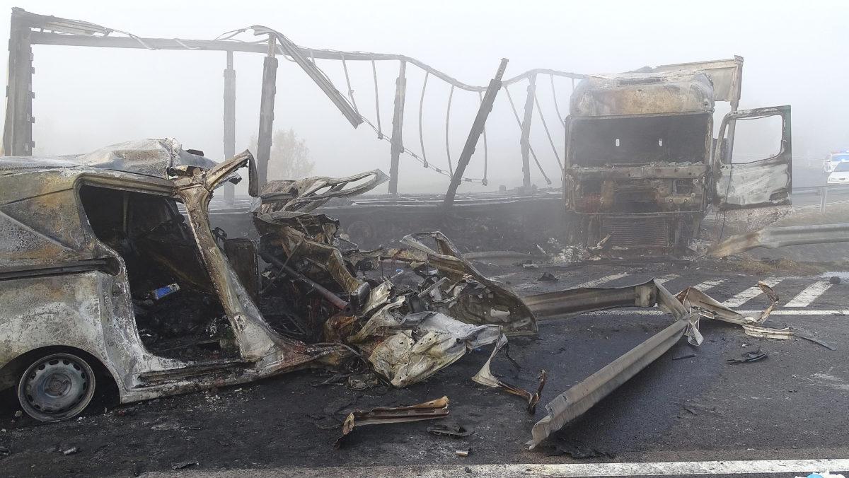Ütközésben összetört, kiégett járművek az M5-ös autópályán Kistelek közelében, a 146-os kilométerszelvényében 2019. október 28-án.