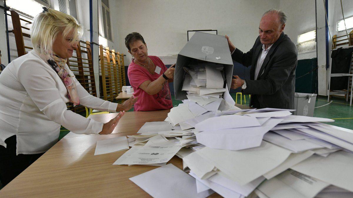 Kiborítják a szavazólapokat egy urnából a szavazatszámláló bizottság tagjai az önkormányzati választáson a budapesti Szilágyi Erzsébet Gimnáziumban kialakított 14-es számú szavazóhelyiségben 2019. október 13-án.