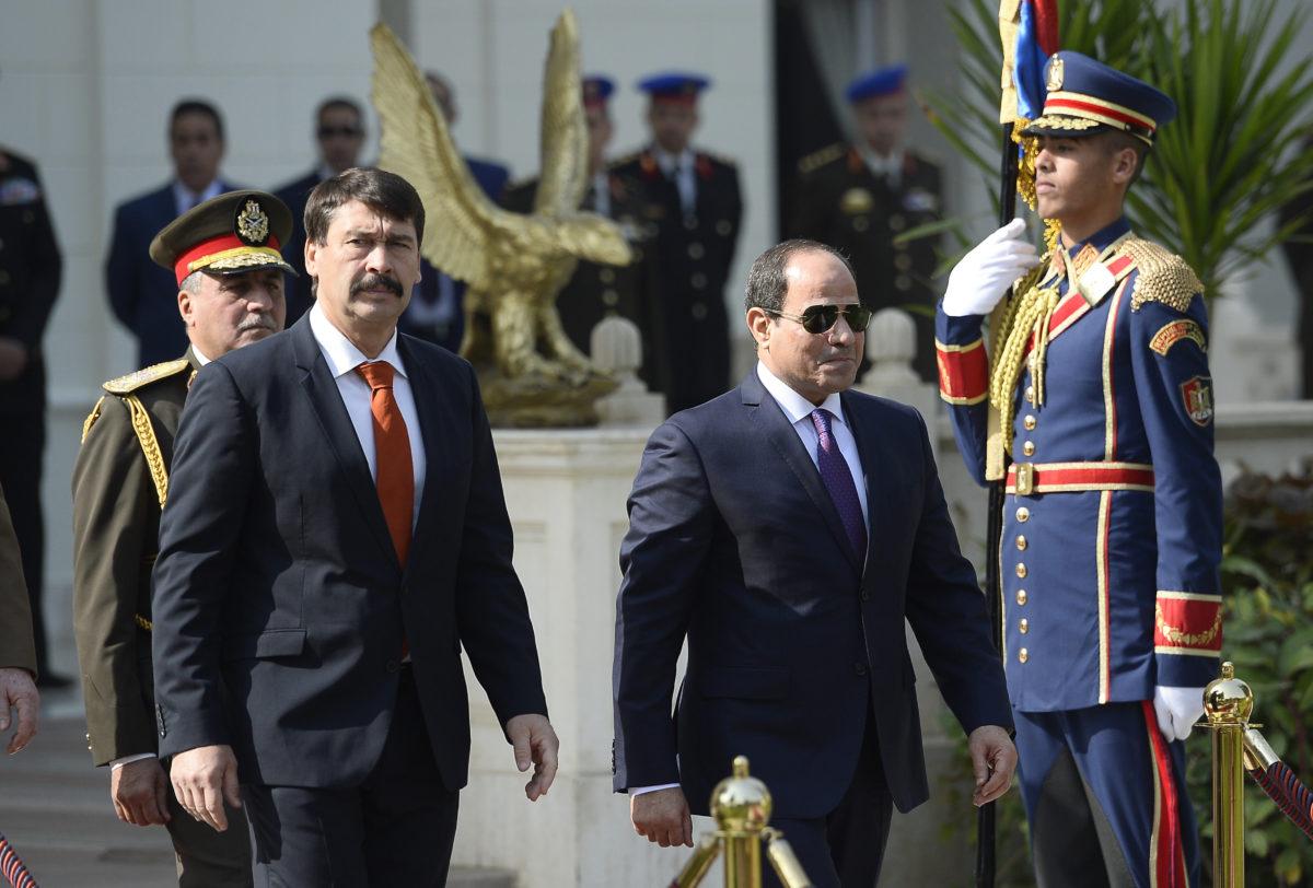 Abdel-Fattáh esz-Szíszi egyiptomi elnök (j) katonai tiszteletadással fogadja Áder János köztársasági elnököt Kairóban, az Ittihadíja palotánál 2019. november 28-án.