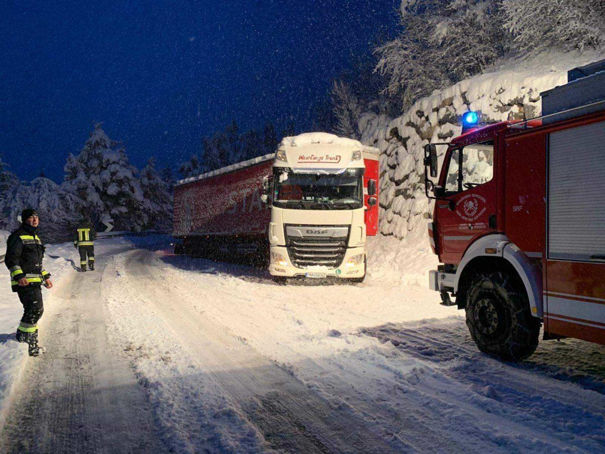 Hóban elakadt kamionok Ausztriában.