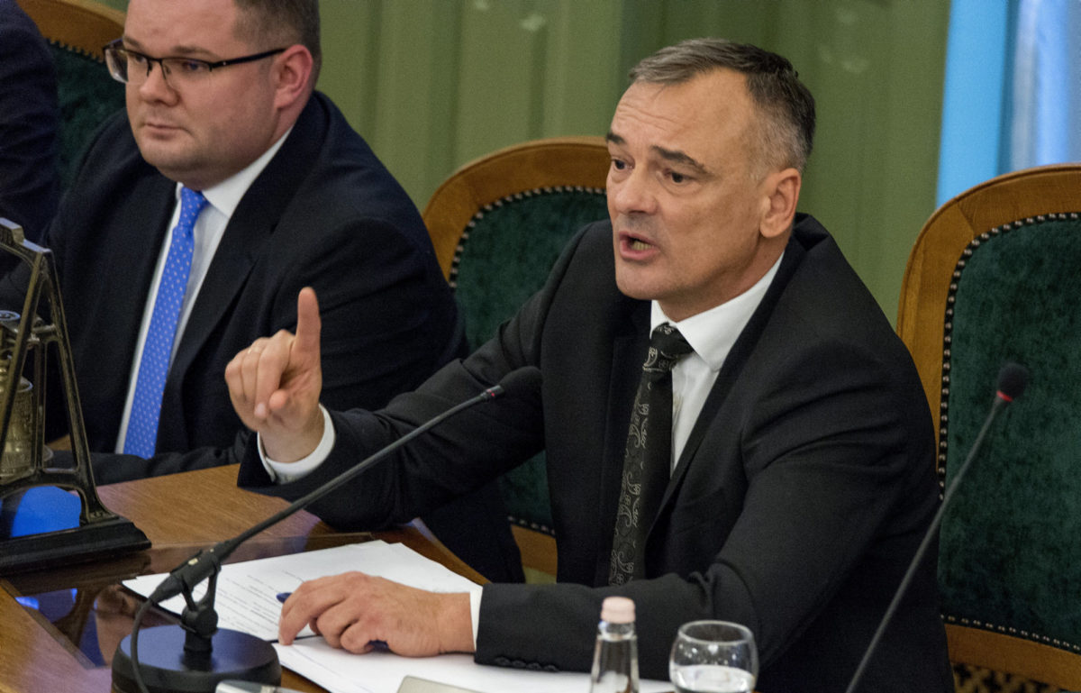 Borkai Zsolt megválasztott, de a posztjáról november 8-án délutáni határidővel lemondó polgármester beszél a Győri Közgyűlés alakuló ülésén a városháza dísztermében 2019. november 7-én. Mellette Fekete Dávid (Fidesz-KDNP) alpolgármester.