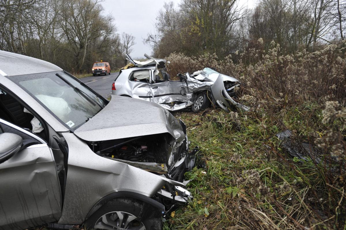 Összeroncsolódott személyautók a Pest megyei Csobánka közelében 2019. november 20-án.