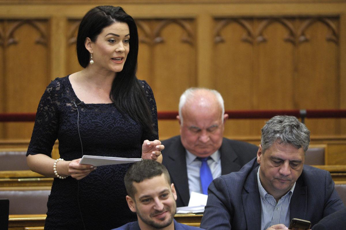 Demeter Márta, az LMP képviselője kérdést tesz fel az Országgyűlés plenáris ülésén 2019. október 28-án.
