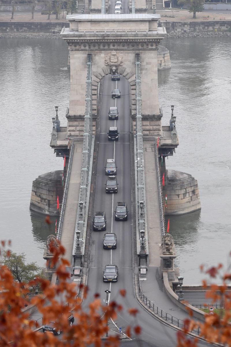 A Recep Tayyip Erdogan török elnököt szállító konvoj halad a Lánchídon 2019. november 7-én.