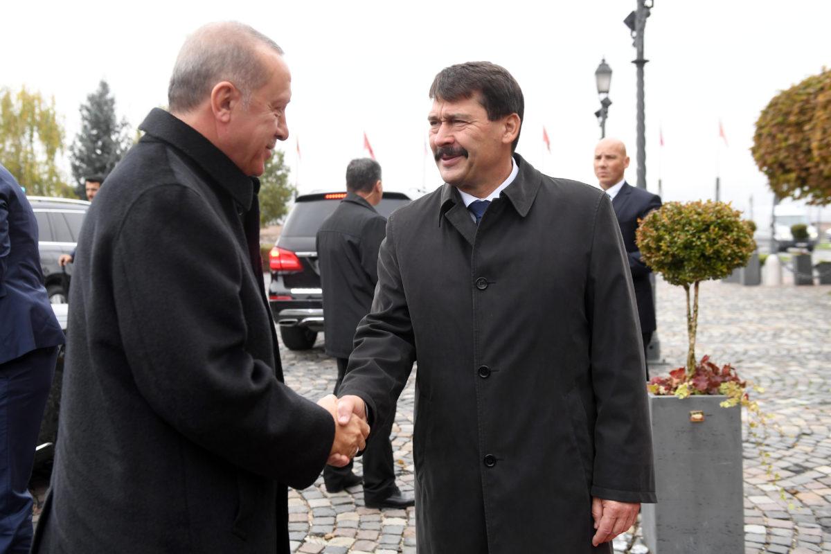 Áder János köztársasági elnök (j) fogadja Recep Tayyip Erdogan török elnököt a Sándor-palota előtt a Szent György téren 2019. november 7-én.