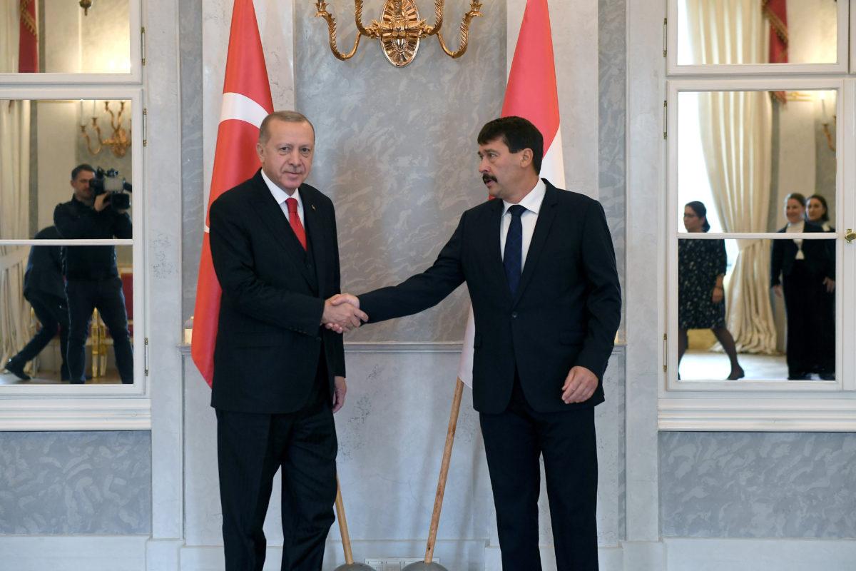 Áder János köztársasági elnök (j) fogadja Recep Tayyip Erdogan török elnököt a Sándor-palotában 2019. november 7-én.
