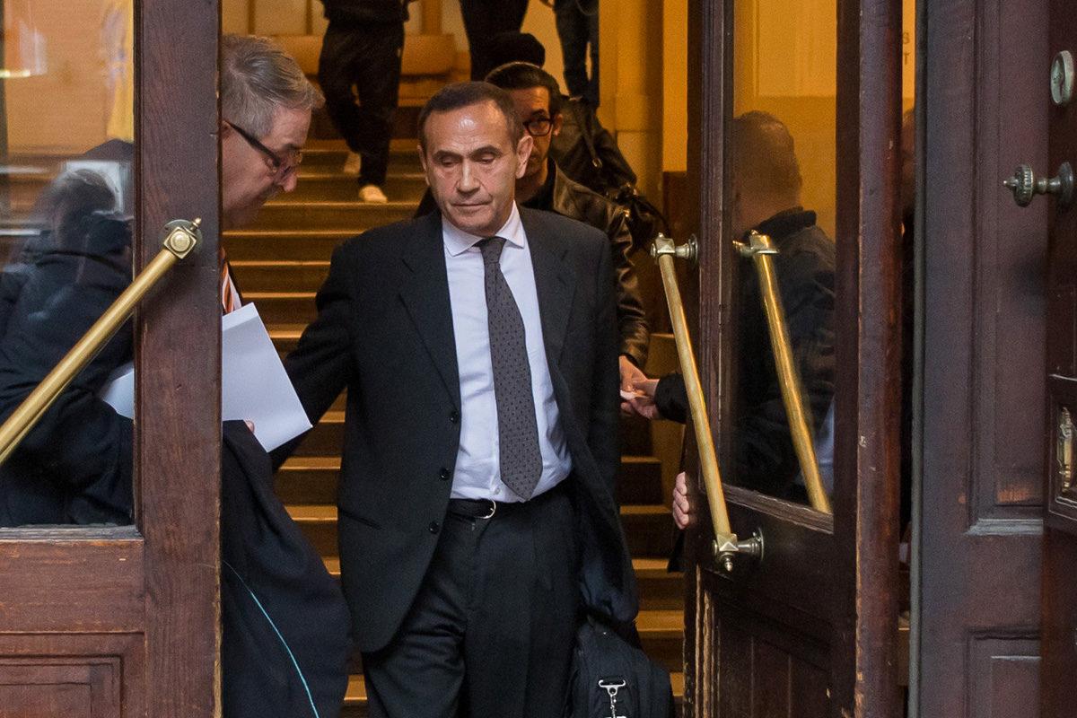 Gyárfás Tamás médiavállalkozó, sportvezető távozik az előkészítő ülésről a Fővárosi Törvényszék épületéből 2019. november 12-én.