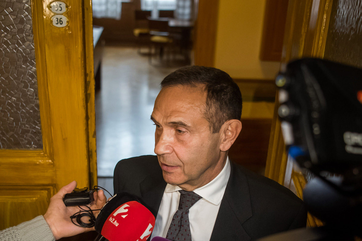 Gyárfás Tamás médiavállalkozó, sportvezető a sajtó munkatársainak nyilatkozik az előkészítő ülés után a Fővárosi Törvényszéken 2019. november 12-én.