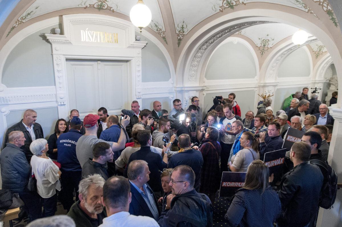 Ellenzéki szimpatizánsok a Győri Közgyűlés alakuló ülése közben a városháza díszterme előtt 2019. november 7-én. Az alakuló ülés ideje alatt a terem ajtajait teremőrök tartották zárva.