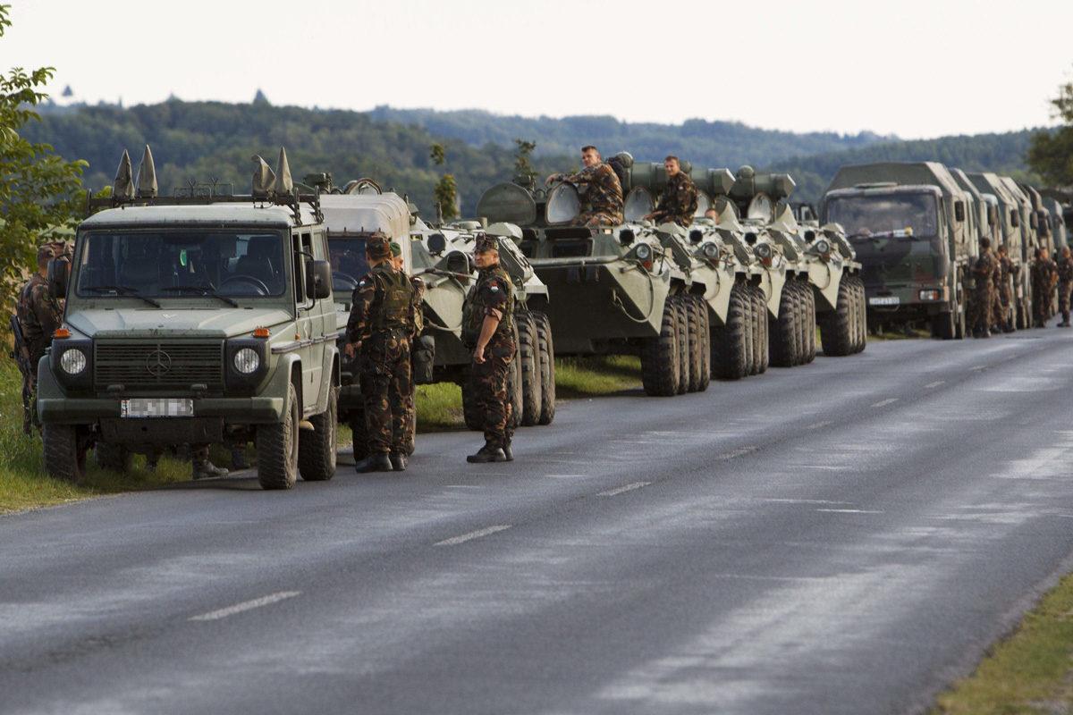 Katonai konvojok lepik el az utakat, figyelmeztetést adott ki a honvédség