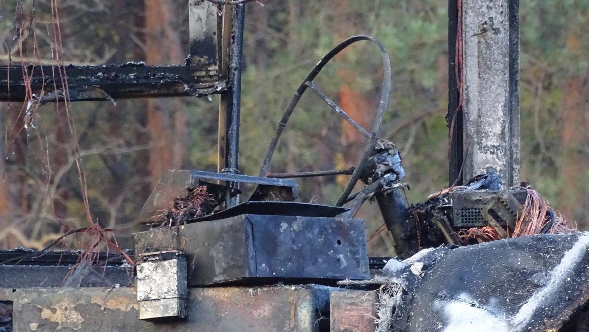 Kiégett autóbusz vezetőfülkéje az M5 autópályán Inárcsnál 2019. november 14-én.