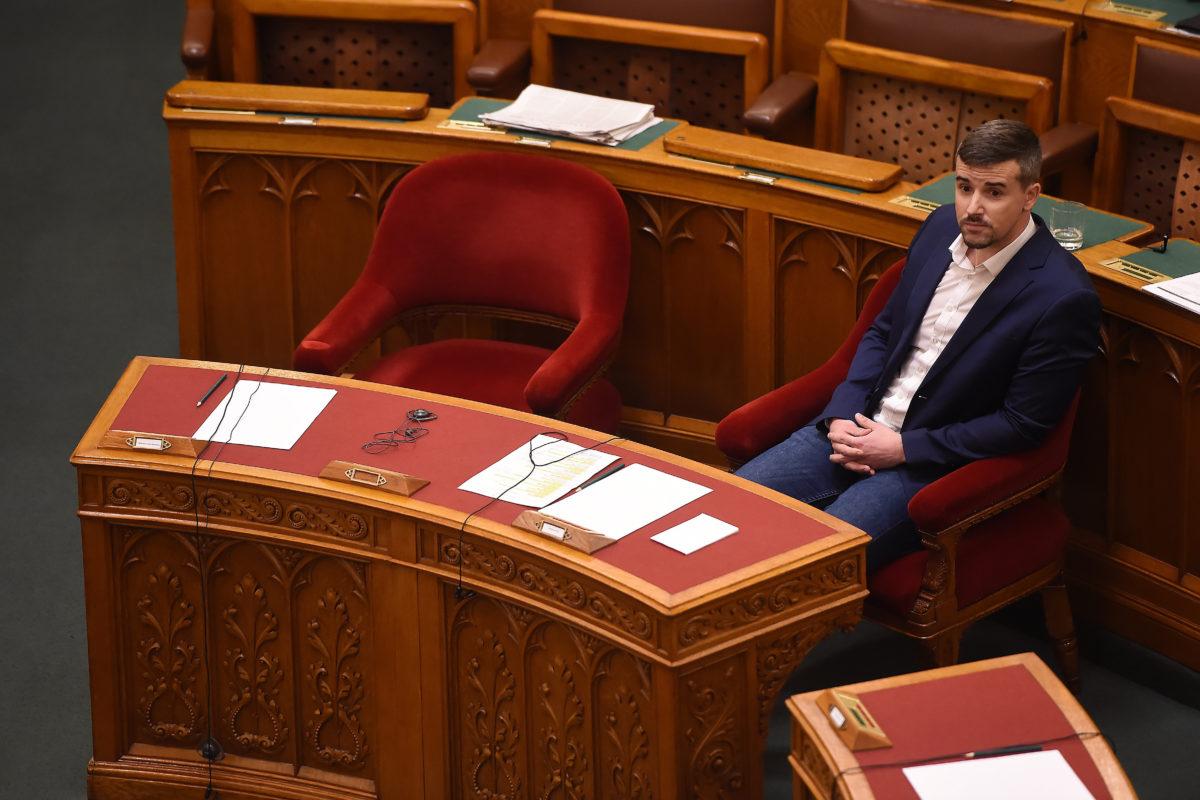 Jakab Péter, a Jobbik frakcióvezetője ül Orbán Viktor miniszterelnök székében az Országgyűlés működését és a képviselők jogállását érintő egyes törvények módosításáról szóló törvényjavaslat vitájában, az Országgyűlés plenáris ülésén 2019. november 20-án.
