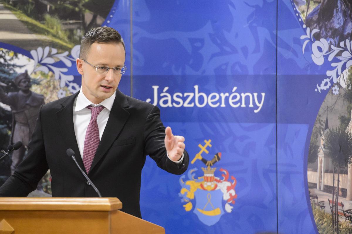 Szijjártó Péter külgazdasági és külügyminiszter beszédet mond a jászberényi gazdaságfejlesztési fórum megnyitóján 2019. november 7-én.