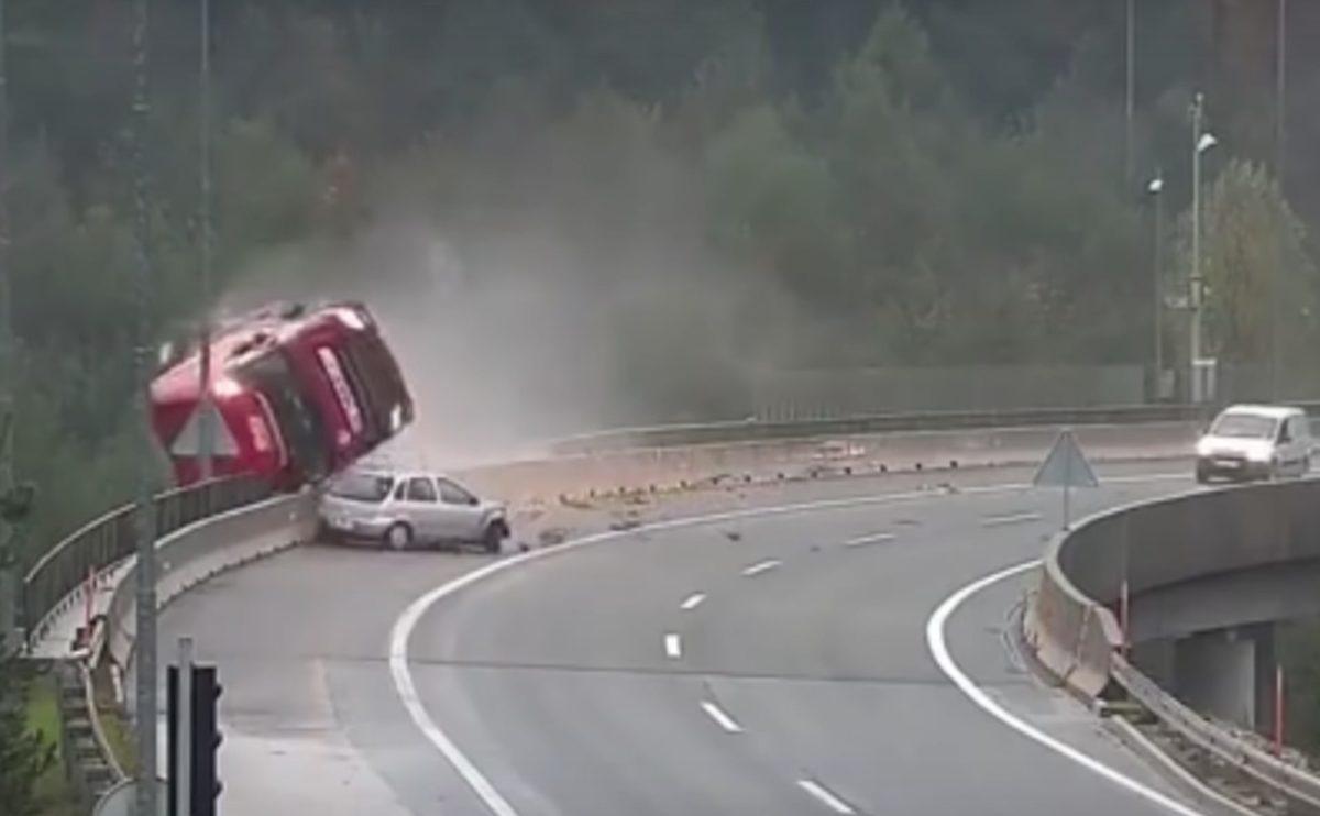 Horrorbaleset: mélybe zuhant egy magyar kamion Szlovéniában, videóra vették