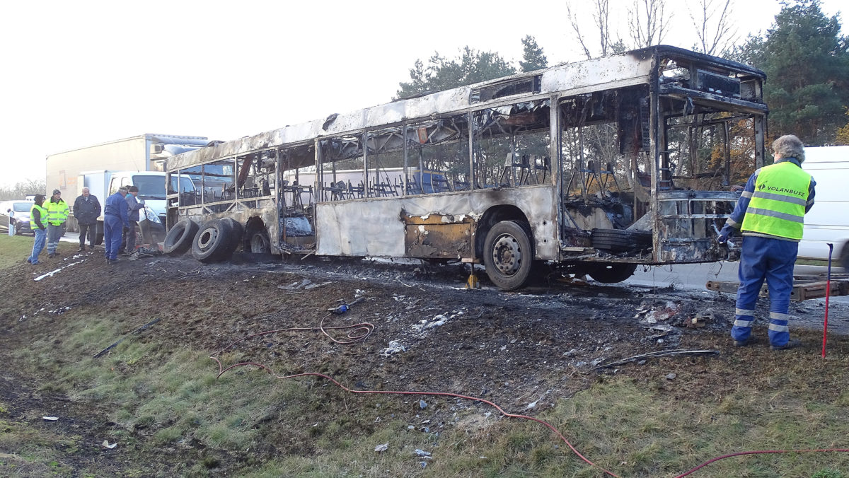 Kiégett autóbusz az M5 autópályán Inárcsnál 2019. november 14-én.