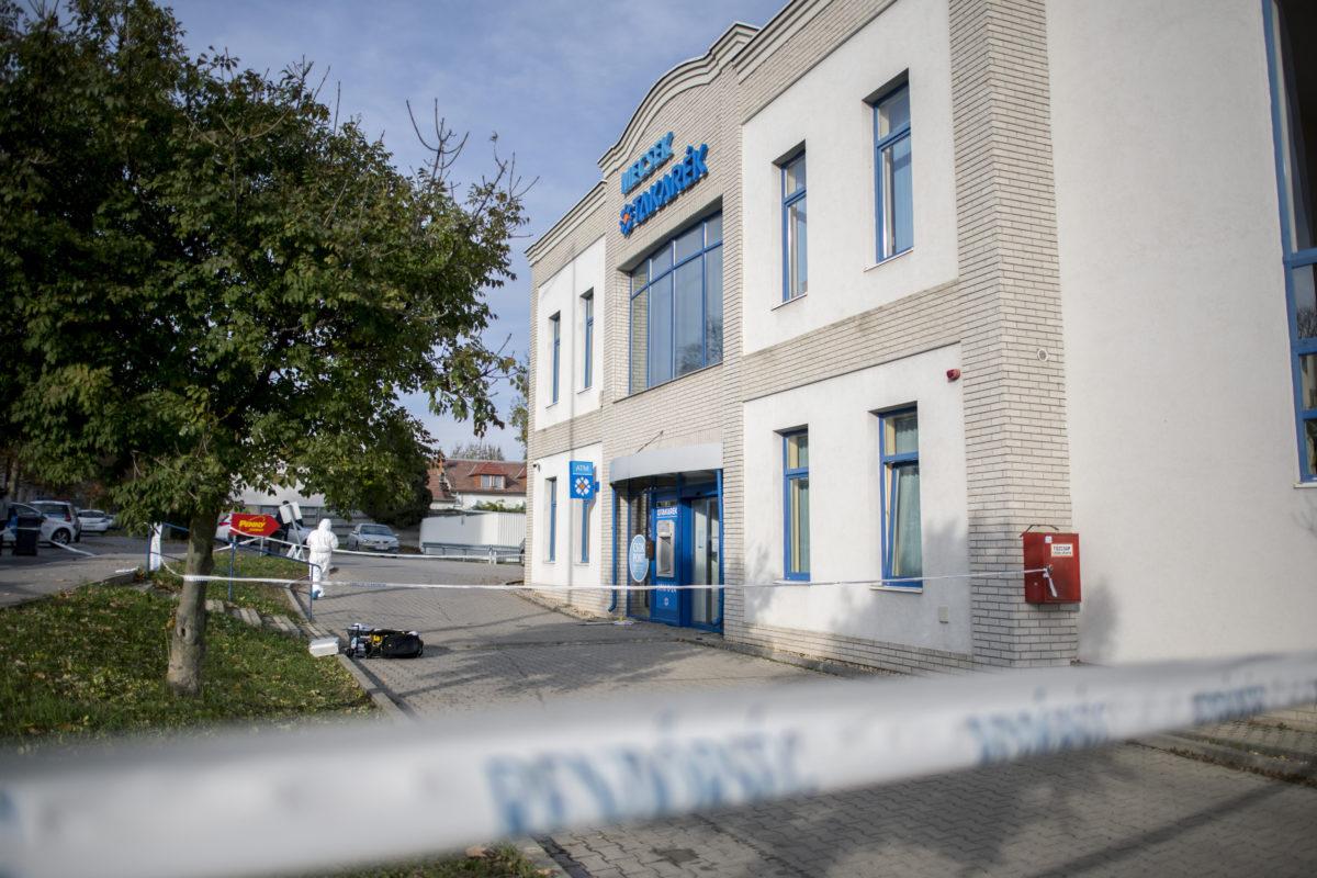 Bűnügyi helyszínelő egy pécsi bankfióknál, amelyet kirabolt egy férfi 2019. november 19-én.