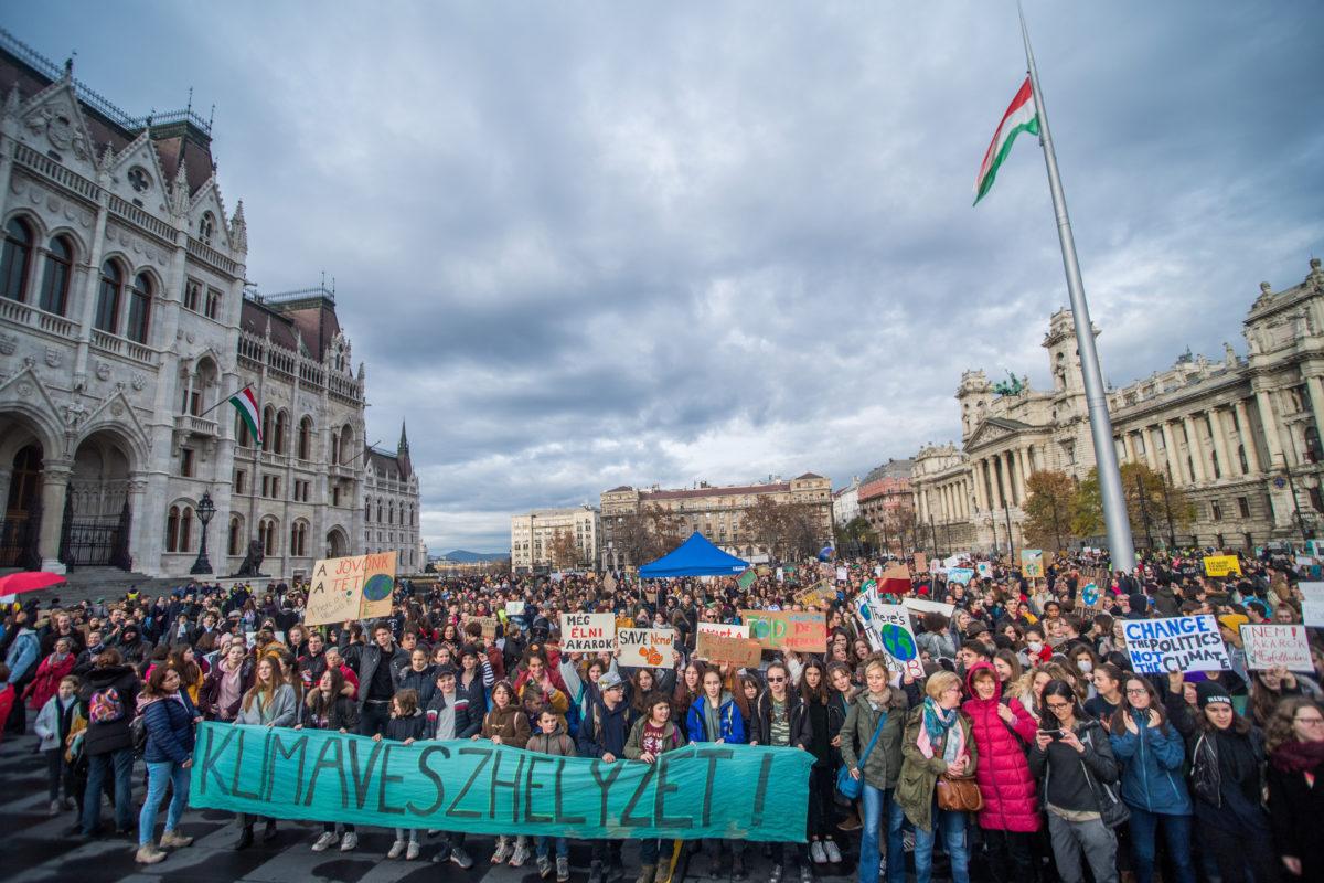 A negyedik globális klímasztrájkhoz kapcsolódó budapesti tüntetés résztvevői az Országház előtti Kossuth Lajos téren 2019. november 29-én.