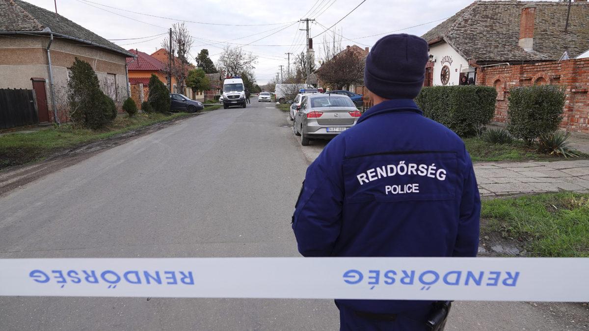 Bűnügyi helyszínelők dolgoznak 2019. november 22-én Kunszentmártonban, ahol egy nő megölte gyermekét.