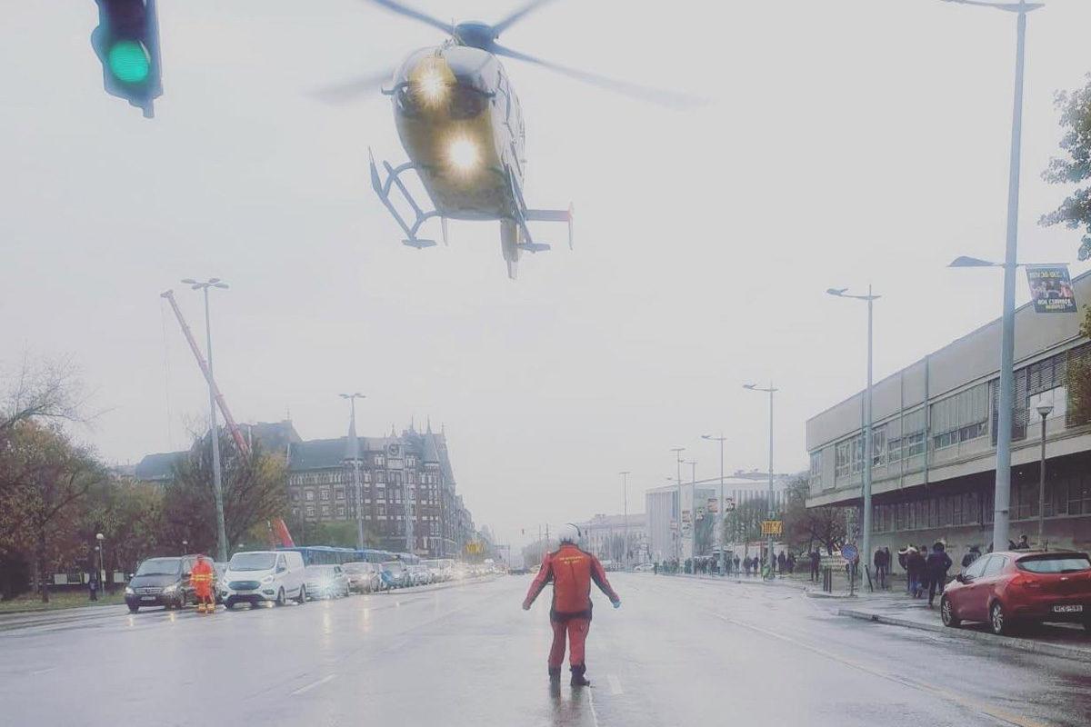 Mentőhelikopter landol az Üllői úton 2019. november 20-án.