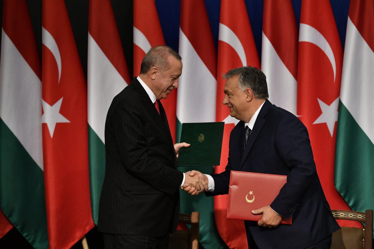 Recep Tayyip Erdogan török elnök (b) és Orbán Viktor miniszterelnök Budapesten, a Várkert Bazárban tartott sajtótájékoztatón 2019. november 7-én.