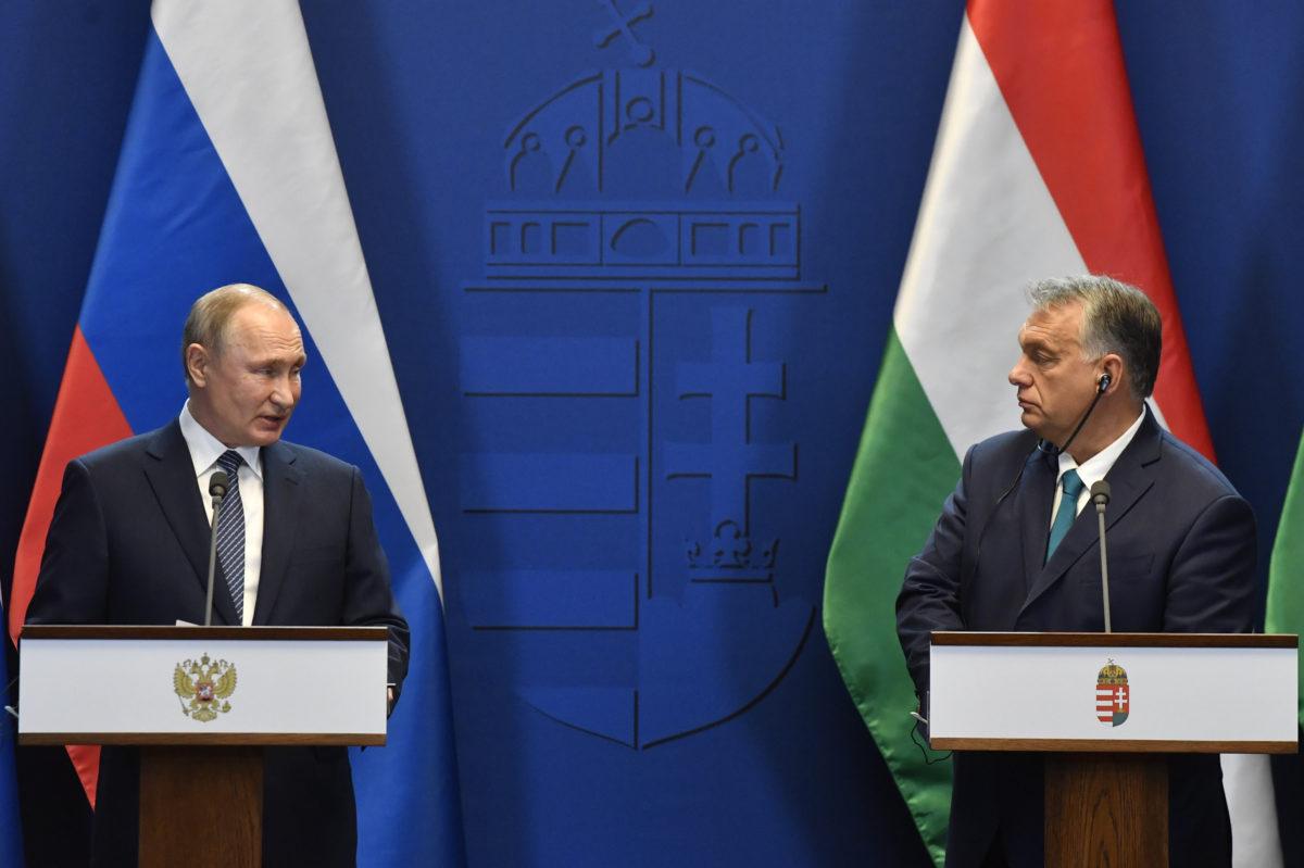 Vlagyimir Putyin orosz elnök (b) és Orbán Viktor miniszterelnök a tárgyalásukat követően tartott sajtótájékoztatón a Karmelita kolostorban 2019. október 30-án.