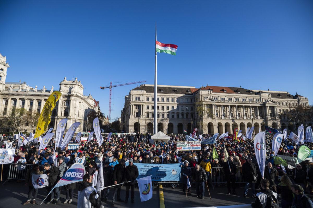 A Pedagógusok Szakszervezete (PSZ) országos pedagógusdemonstrációja Budapesten, a Kossuth téren 2019. november 30-án.