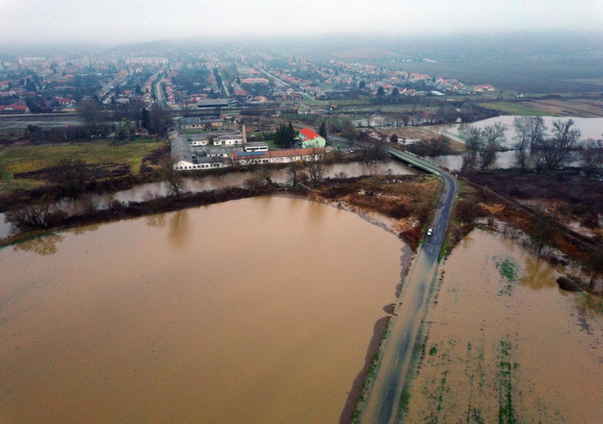 A Sajó folyó áradása miatt lezárt út Putnok és Sajóvelezd között 2019. november 14-én.